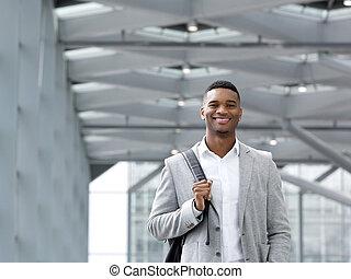 afrikaanse amerikaanse mens, het glimlachen, met, zak, op, luchthaven