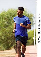 afrikaanse amerikaanse mens, rennende , buitenshuis