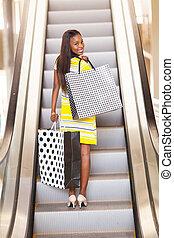 afrikaanse vrouw, shoppen , in, mall