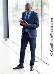 afrikai, üzletember, használ, tabletta, számítógép