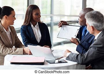 afrikai, üzletember, magyarázó, értékesítések, ábra, fordíts, colleagues