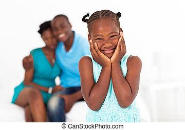 afrikai, kicsi lány, álló, előtt, szülők
