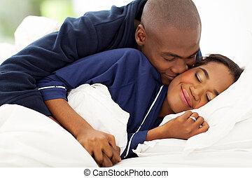 afrikan bemanna, kyssande, fru, in blomsterbädd