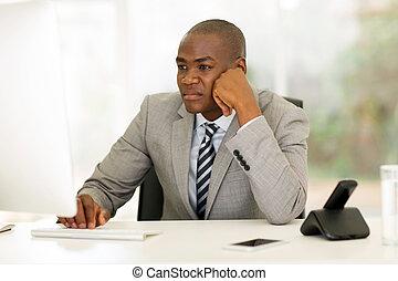 afrikanisch, geschäftsmann, anschauen computerbildschirmes