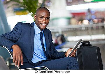 afrikanisch, geschäftsmann, gebrauchend, tablette, edv