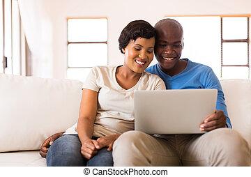 afrikanisch, paar, anschauen, laptop, schirm