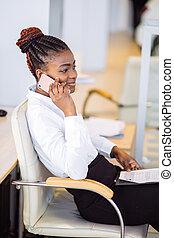 afrikanisch, unternehmerin, in, kleiden, sitzen, per, tisch, und, reden telefon, in, buero