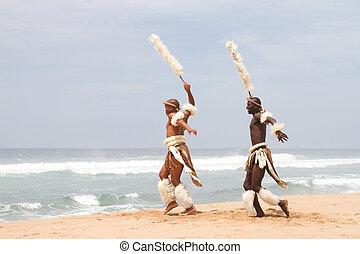 afrikanisch, zulu, mann, tanzen, auf, sandstrand