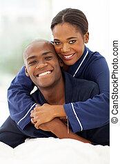 afrikanische amerikanische paare, umarmen, bett