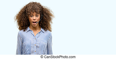 afrikanischer amerikaner, anruf- mitte, bediener, frau, erschrocken, schock, mit, a, überraschung, gesicht, ängstlich, und, aufgeregt, mit, fürchten, ausdruck