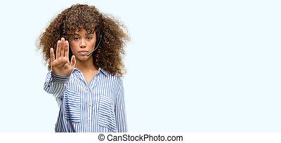 afrikanischer amerikaner, anruf- mitte, bediener, frau, mit, offene hand, machen, stopschild, mit, ernst, und, sicher, ausdruck, verteidigung, gebärde