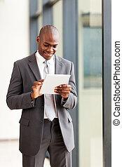 afrikanischer amerikaner, geschäftsmann, mit, tablette, edv, in, buero