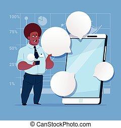 afrikanischer amerikaner, kaufleuten zürich, stehen, mit, groß, zelle, klug, telefon, sozial, vernetzung, kommunikation, geschäftsmann, mit, unterhaltung, blase