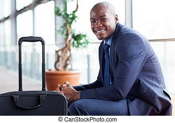 afrikanischer amerikaner, kaufmann warten, in, flughafen