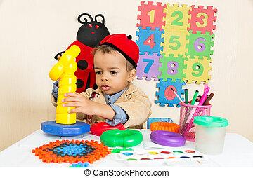 afrikanischer amerikaner, schwarzer junge, zeichnung, mit, bunte, bleistifte, in, vorschulisch, tisch, in, kindergarten