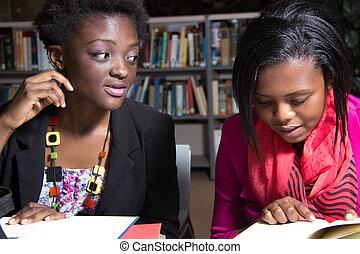 afrikanischer amerikaner, studenten, in, a, hochschule, buchausleihe