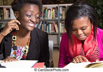 afrikanischer amerikaner, studenten, verspielt, in, der, buchausleihe