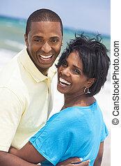 afrikanischer amerikanischer mann, &, frau, paar, lachender, auf, sandstrand