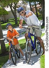 afrikanischer amerikanischer mann, &, junge, vater sohn, fahren fahrräder