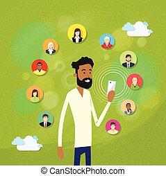 afrikanischer amerikanischer mann, mit, bart, gebrauchend, klug, mobilfunk, internet, plaudern