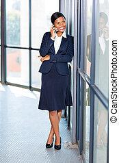 afrikansk, affärskvinna, användande, smart, ringa