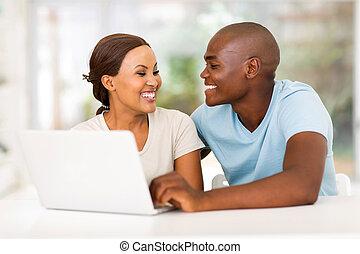 afrikansk amerikan koppla, med, laptopdator