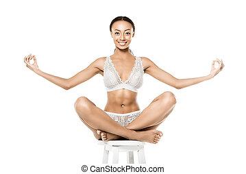 afrikansk amerikansk kvinna, att sätta lotus ställning