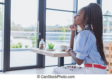 afrikansk amerikansk kvinna, in, cafe