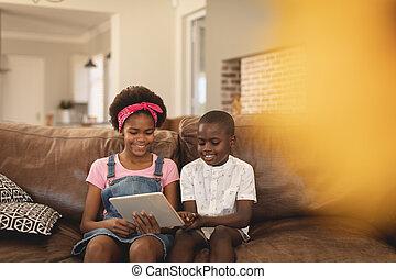 afrikansk, digital, syskon, användande, soffa, amerikan, kompress, sittande