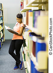 afrikansk, högskola, flicka läsa, a, bok, in, bibliotek