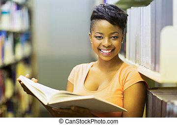 afrikansk, högskola studerande, läsning en boka