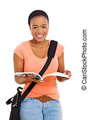 afrikansk kvinna, högskola studerande, läsning en boka