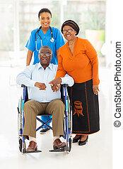 afrikansk kvinna, healthcare arbetare, med, äldre koppla