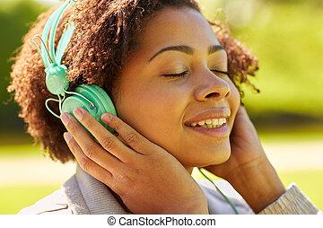 afrikansk kvinna, in, hörlurar, avlyssna musik