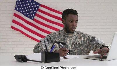afro-américain, bureau, fonctionnement, uniforme, soldat, sérieusement