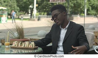 afro-américain, café, fatigué, fatigué, regarder, homme affaires, séance, percé, ou