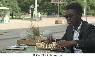 afro-américain, manger, temps, déjeuner, pendant, homme affaires, café, repas