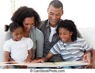 afro-american, 家庭, 閱讀一本書, 在, the, 起居室