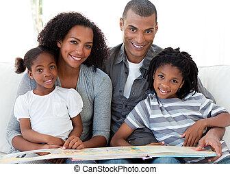 afro-american, família, living-room, livro, retrato, sorrindo, leitura