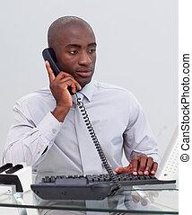 afro-american, homem negócios, telefone, em, escritório