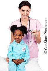 afro-american, médico, pequeno, assistindo, exame, menina