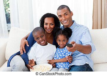 afro-american, mangiare, famiglia, tv guardante, popcorn, sorridente