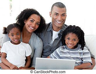 afro-amerikaan, gezin, draagbare computer, huiskamer, gebruik, vrolijke