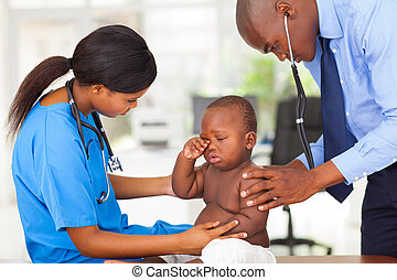 afro amerikaan, kinderarts, en, verpleegkundige, het onderzoeken, een, baby jongen
