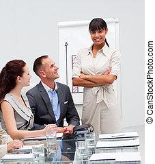 afro-amerikaan, na, haar, businesswoman, berichtgeving, omzet, zeker, figuren, team, het glimlachen