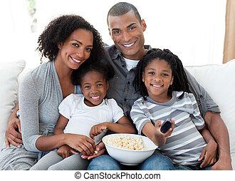 afro-amerikanka, rodzina, oglądając telewizję, w kraju