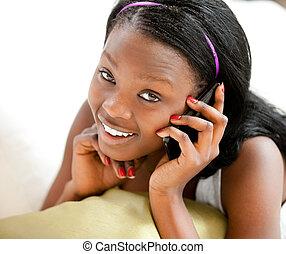afro-amerikanka, telefon, sofa, przeciw, mówiąc, jarzący...