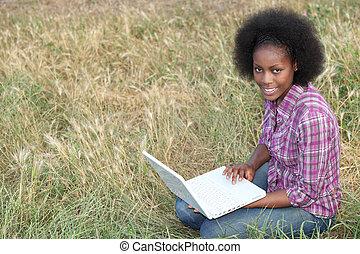 afro-amerikansk kvinna, henne, sittande, laptop, ung, gräs