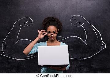 afro-amerykańska kobieta, barwiony, laptop, herb, muskularny, chalkboard