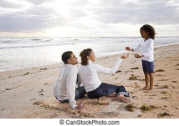 afroamerikanisches mädchen, mit, eltern, auf, sandstrand